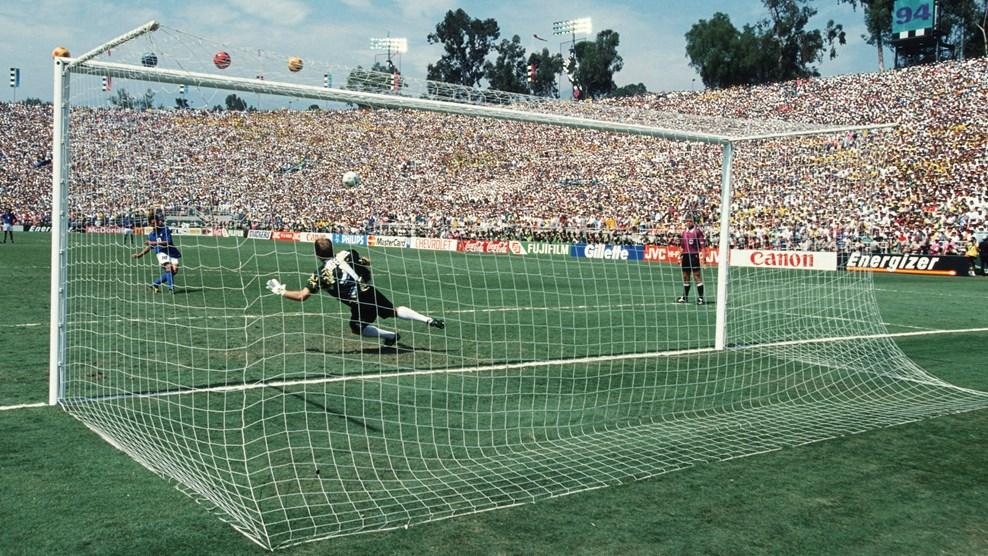 Роберто Баджо допускает промах в серии пенальти в финале чемпионата мира-1994