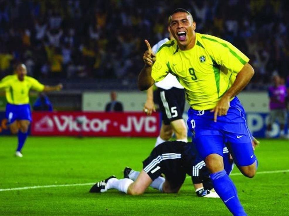 Роналдо забивает гол в финале чемпионата мира-2002