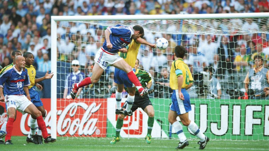Полузащитник сборной Франции Зинедин Зидан забивает гол в финале чемпионата мира-1998