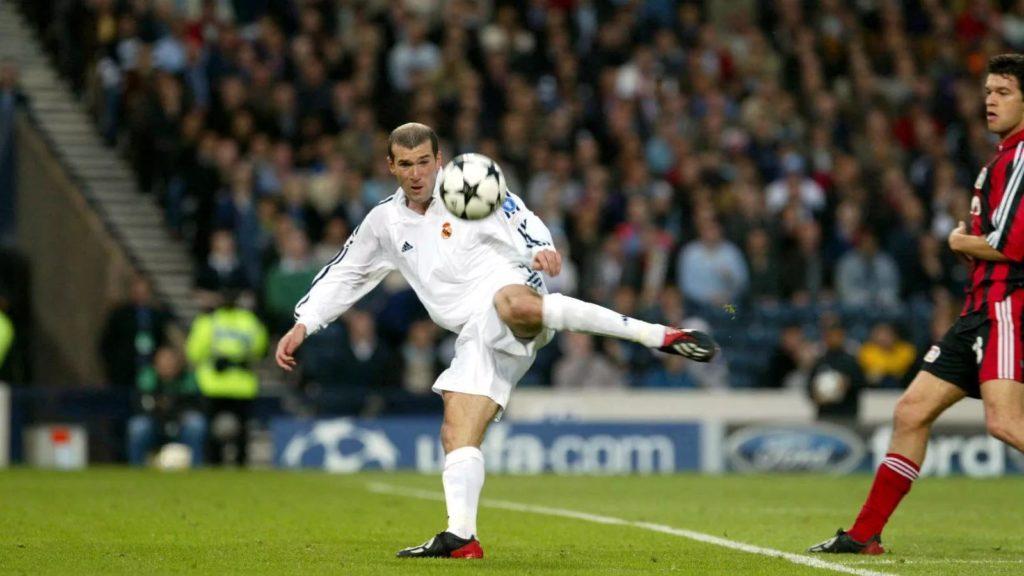 Полузащитник «Реала» Зинедин Зидан забивает гол в финале Лиги чемпионов 2002 года