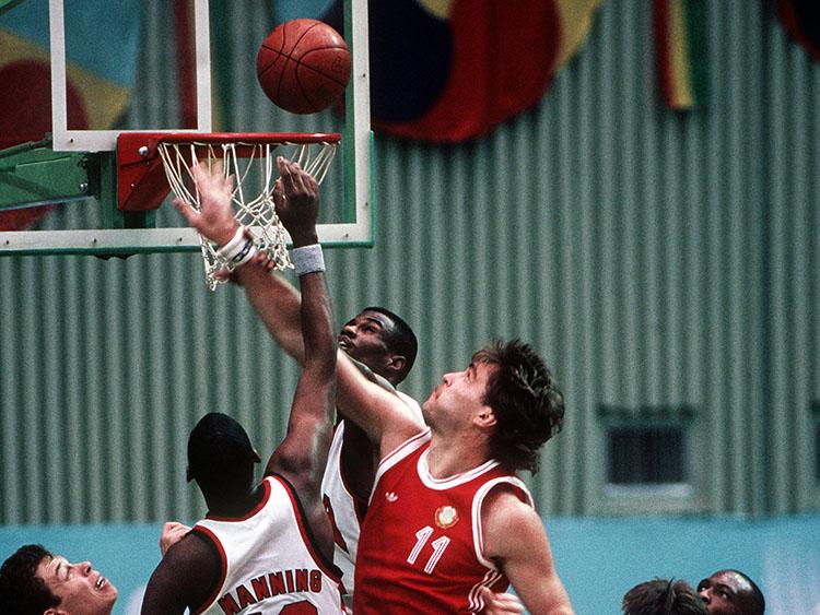 Арвидас Сабонис в составе сборной СССР в матче со сборной США на Олимпиаде-1988