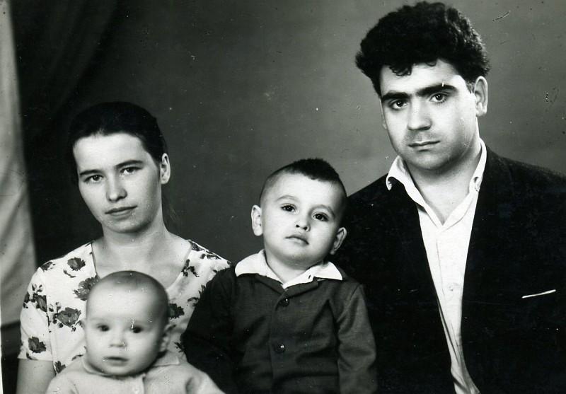 Василий Алексеев с семьей